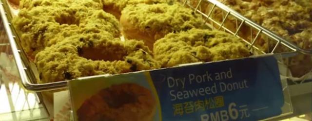 Ciambelle alle alghe e maiale essiccato