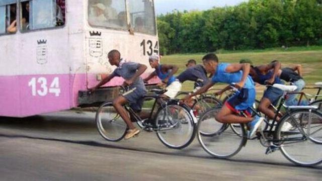 Ciclisti che chiedono un passaggio