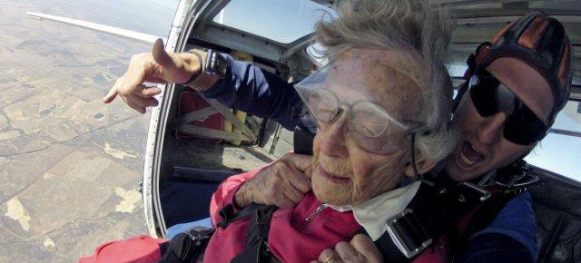 Festeggia 100 anni facendo paracadutismo