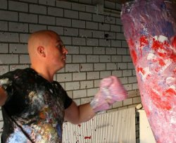 Dipinge prendendo a pugni le tele