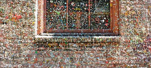 Un muro tapezzato da gomme da masticare