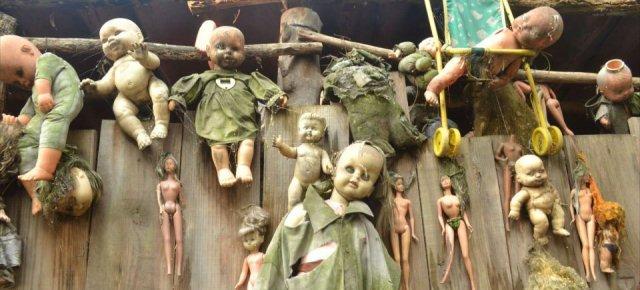 L'isola ricoperta da vecchie bambole