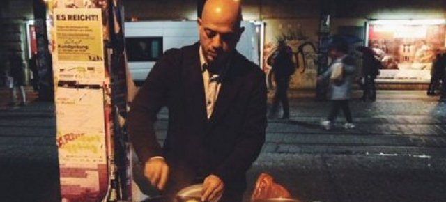 Rifugiato siriano sfama i barboni tedeschi
