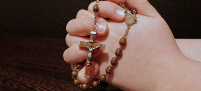 Milionario facendo preghiere per gli altri