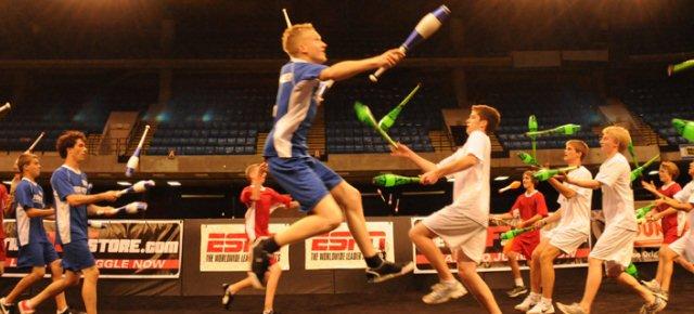 Nuovo sport, il combattimento tra giocolieri