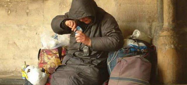 Birre ai senzatetto per pulire le strade