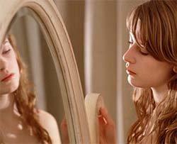 Lo specchio che riflette solo chi sorride