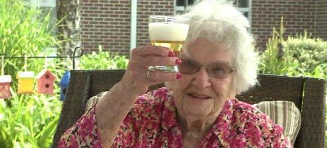 Centenaria svela: bevo tanto alcool!