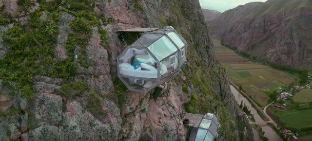 L'hotel sospeso sul fianco della montagna