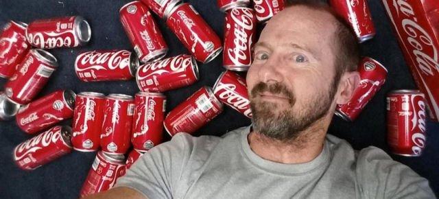 Beve 10 lattine di Coca-Cola per 1 mese, ecco cosa succede
