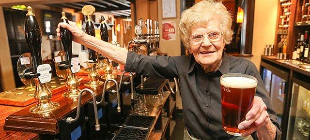 La cameriera più anziana del mondo