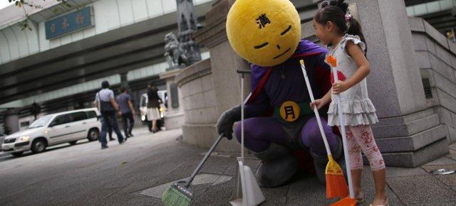 Un supereroe pulisce le strade giapponesi