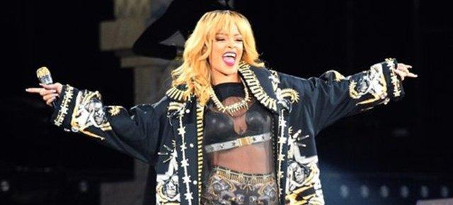 Rihanna picchia un fan con il microfono