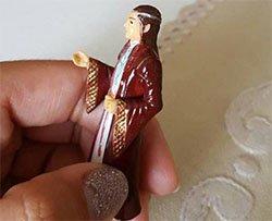 Per errore prega per anni una statuina del Signore degli Anelli
