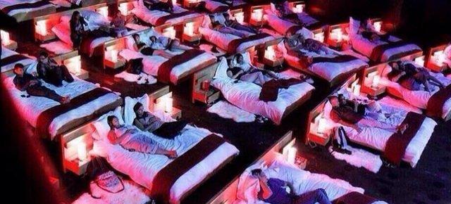 Il cinema con letti al posto delle poltrone