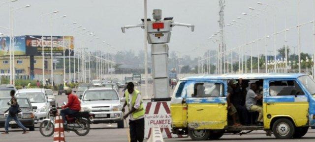 Robot dirigono il traffico in Congo
