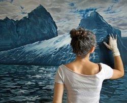 L'artista che dipinge con le mani