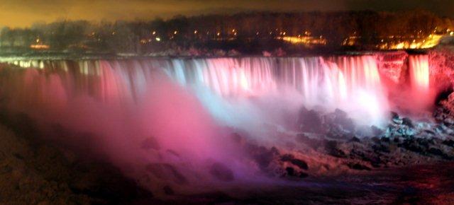 Un festival colora le cascate del Niagara