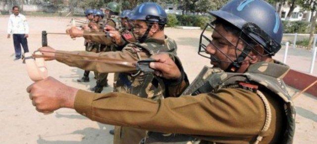 La polizia indiana che spara polpette al chili