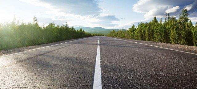 Ruba l'asfalto di un'intera strada