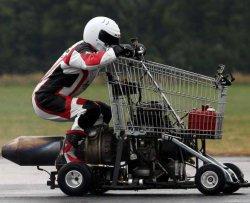 Va a 112 km/h con un carrello della spesa