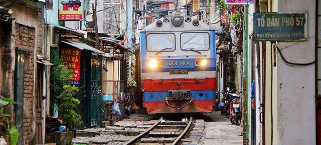 Il treno che passa tra le case