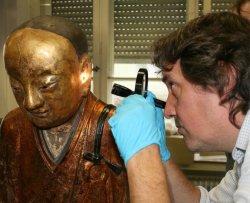 Una mummia dentro la statua