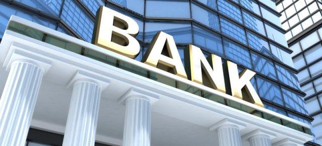 Uomo deposita le sue feci in banca