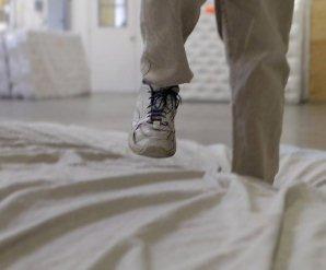 Salta sui materassi per lavoro