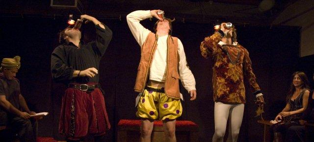 Compagnia recita Shakespeare ubriaca