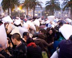 La guerra di cuscini diventa sport ufficiale