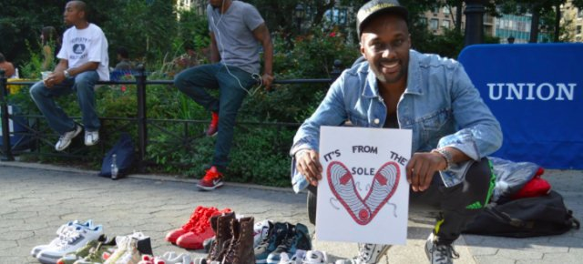 L'uomo che regala scarpe ai senzatetto
