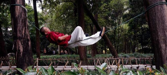 Rilassarsi sdraiandosi su una fune