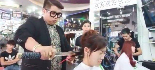 Taglia i capelli ai clienti con una katana