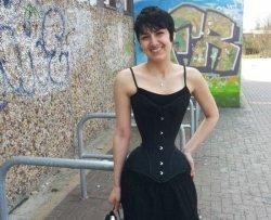 La donna con la vita più stretta al mondo