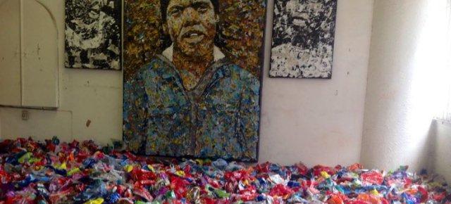 Dipinge i suoi quadri usando la spazzatura