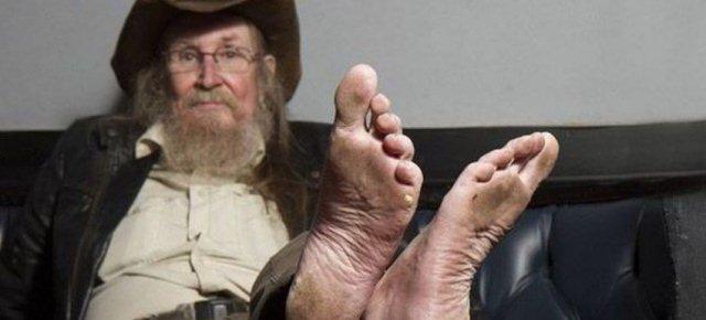L'uomo che cammina scalzo da 50 anni