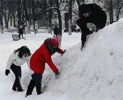 Città dipinge la neve per nascondere l'inquinamento