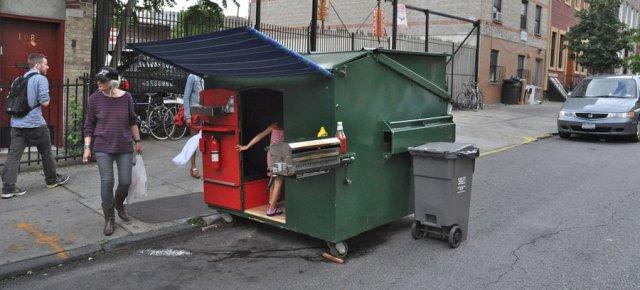 Passa vacanze nel bidone della spazzatura