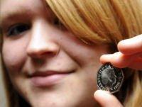 Ragazza trova una moneta dal futuro