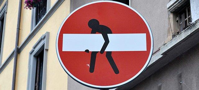 Quali sono i cartelloni stradali più strani presenti fra le nostre strade?