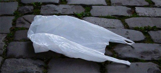 Usano sacchetto al posto del preservativo, finiscono in ospedale