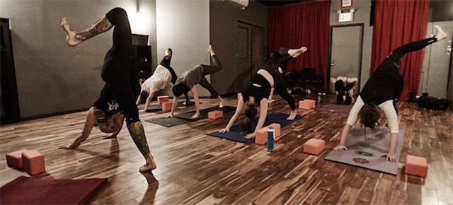 Yoga al ritmo di musica metal