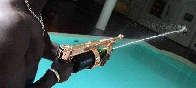 Ecco la pistola che spara champagne