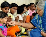 La donna che ha adottato 1500 bambini