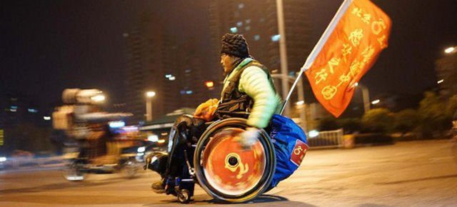 Paraplegico attraversa la Cina in carrozzina
