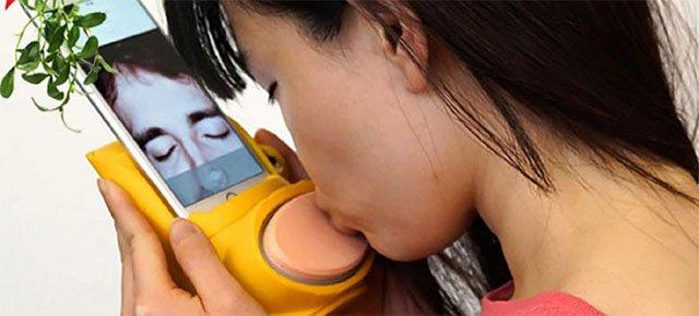 L'accessorio per baciare con gli smartphone