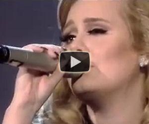 Adele scoppia in lacrime mentre canta uno dei suoi brani
