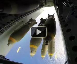 B-52 sgancia bombe su un'isola