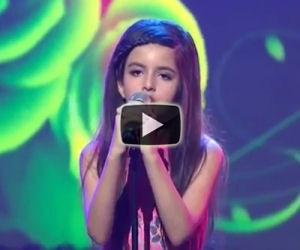 Sale sul palco a soli 9 anni e rapisce il pubblico con la sua voce